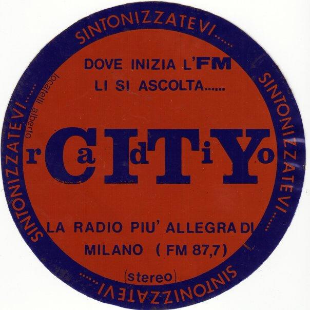RADIO CITY MILANO ADESIVO - Storia della radiotelevisione italiana. 1975: quando a Milano si ascoltavano Radio Asti, Radio Torino, Radio Omegna, Radio Lecco, Radio Brescia e Radio Piacenza