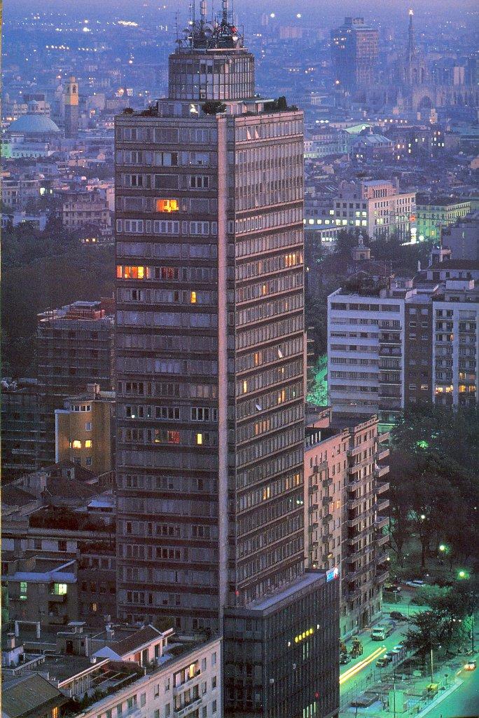 grattacielo Breda anni 80 - Storia della radiotelevisione italiana. Milano da bere: da Cosmo 104 a Radio 105 Classics