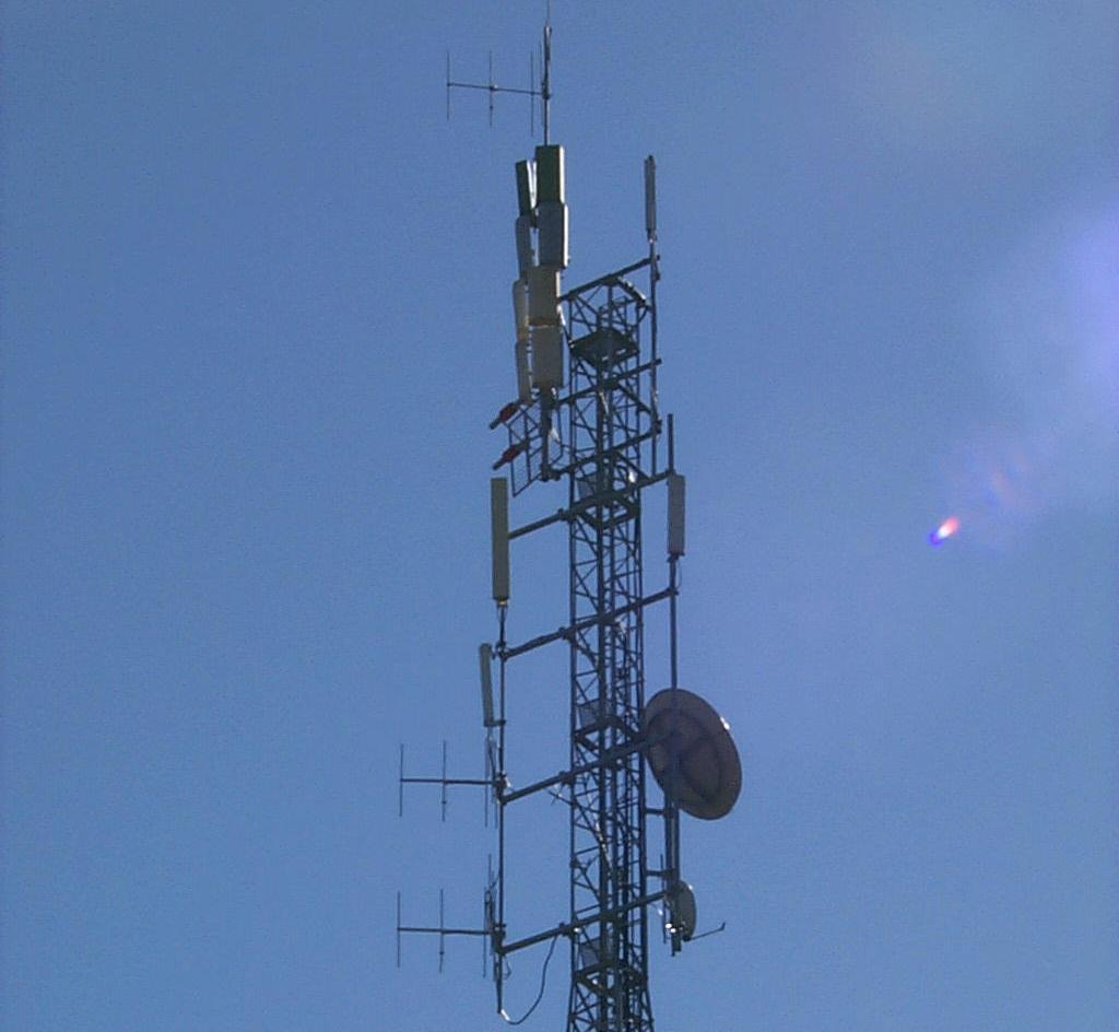 antenne20UHF20Camarozzi - DTT: mentre lo Stato sottrae i ch 61-69 UHF alle locali  e tenta di far cassa con gli operatori tlc, dispensa frequenze nazionali gratuite e rafforza le posizioni dominanti