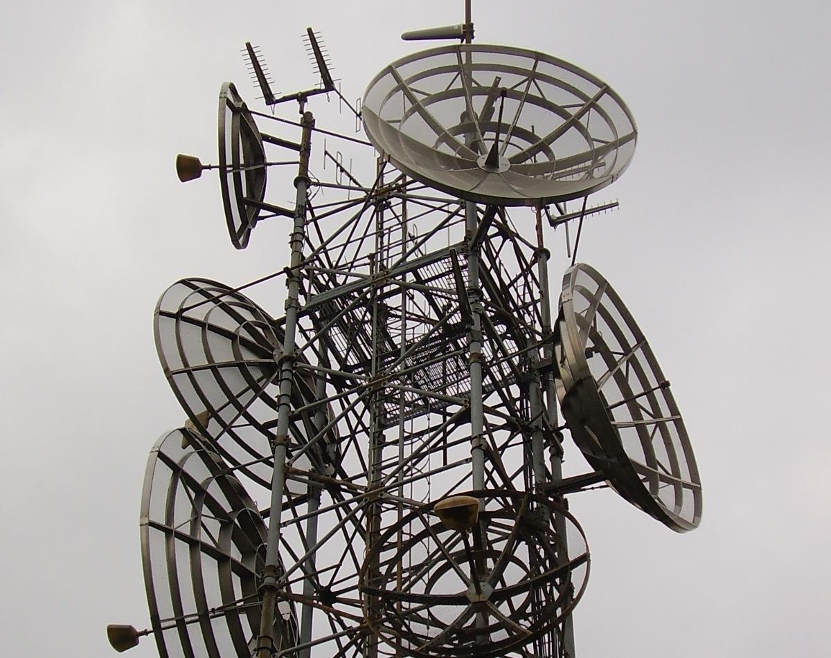 antenne20parabole20grandi - DTT, dividendo esterno: i canali dal 61 al 69 UHF (e in generale quelli inutilizzati) dovranno essere (ri)assegnati entro il 2011