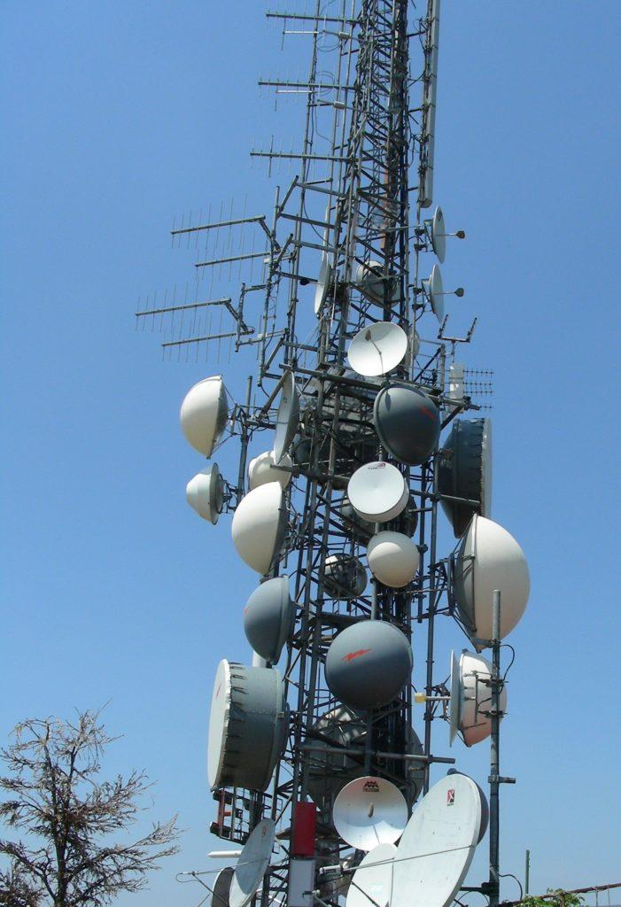 antenne20radiotelevisive20Bric20Montalbano 701x1024 - DTT. Switch off indigesto per tv locali. Cali ascolto tra 30 e 40%  in Campania e Piemonte. Attesa la verifica lombarda e veneta