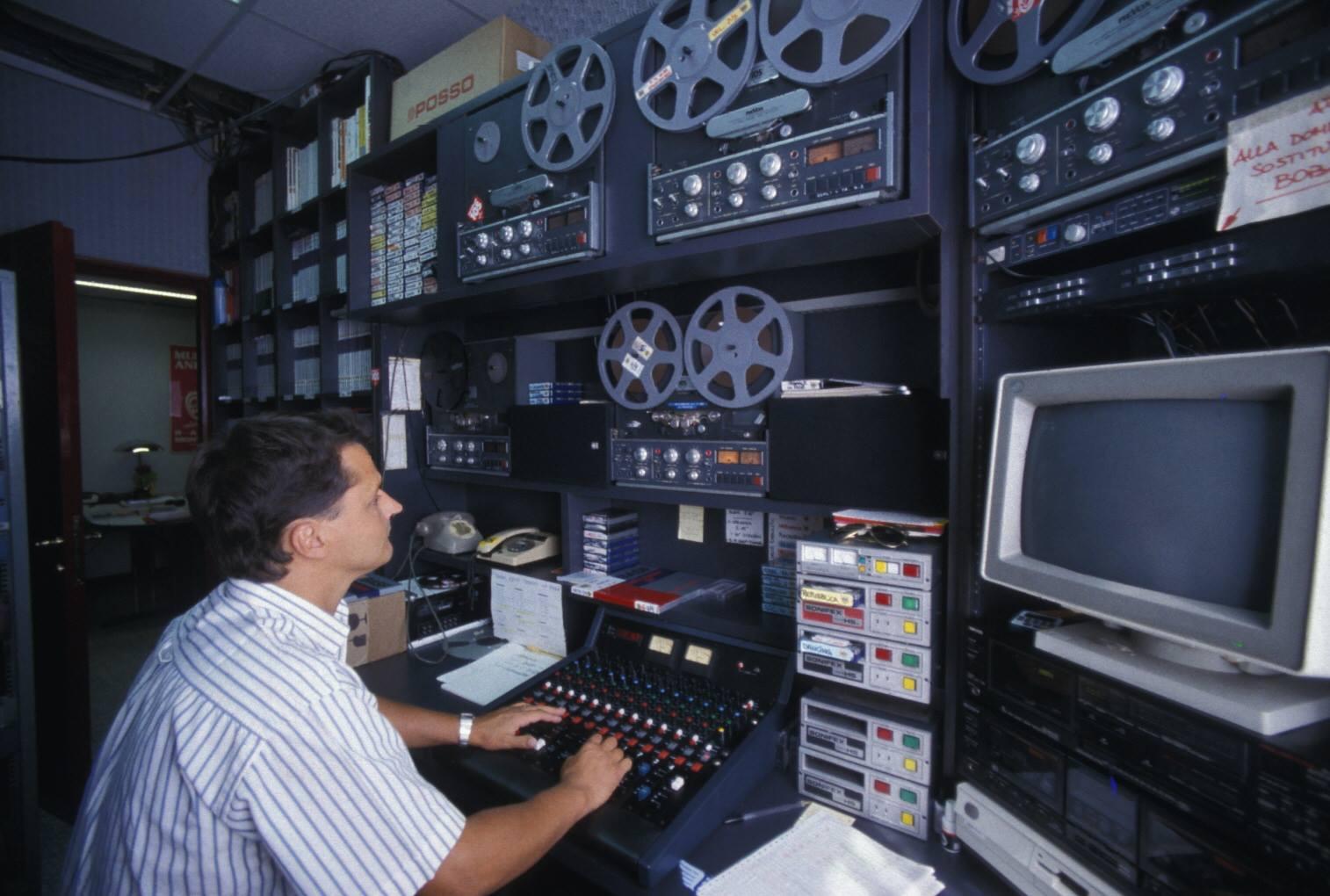 radio studio 105 - Storia della radiotelevisione italiana. Milano, 1975-1980: tripudio della radiofonia effimera