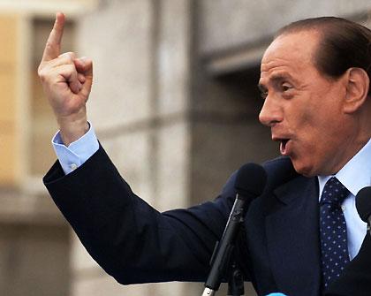 berlusconi20dito20alzato - DTT. L'Italia è a rischio default, ma può ancora permettersi di regalare frequenze tv ai superplayer nazionali
