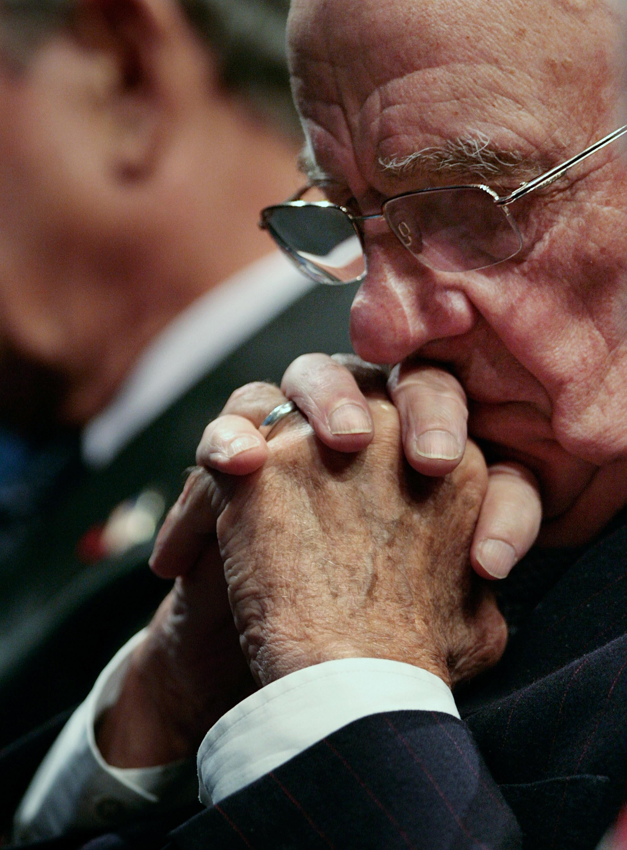 Murdoch20pensieroso - Imperi mediatici. Murdoch: gli azionisti arrabbiati cercano il golpe ma lui resta in sella