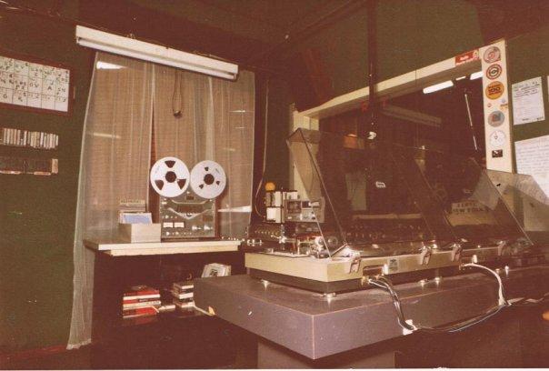 Radio Caroline studio 2 - Storia della Radiotelevisione italiana. Bollate (Milano): Radio Caroline, un'esistenza all'ombra di Music 100