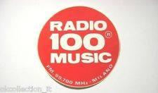 Radio Music 100 adesivo 1 - Storia della Radiotelevisione italiana. Bollate (Milano): Radio Caroline, un'esistenza all'ombra di Music 100