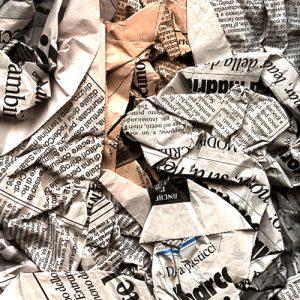 giornali20stracciati11 300x300 - Media & pubblicità. Libro bianco su comunicazione digitale contro Over The Top (Facebook e Google) idrovore di investimenti