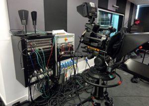 studio televisivo 300x214 - Radio e Tv. Mercato rtv italiano vale 10 mld. Ma Tv locali sempre più in crisi, perché modello business va riscritto