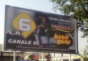 La 6 cartello 1 300x209 - DTT. Florilegio di monoscopi. In autunno partono CineSony (55) e il 20 di Mediaset. Prorompono le radio ed è euforia anche sul locale