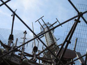 antenne UHF Torre Eiffel 300x225 - Tlc, media e mercati. Il braccio di ferro italo-francese si sposta dai cantieri navali alle telecomunicazioni