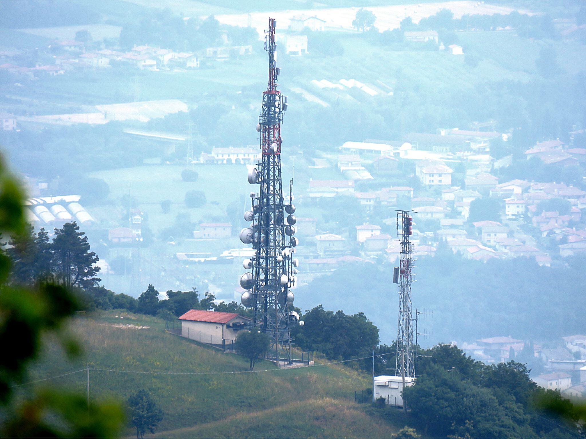 antenne UHF e FM vari tralicci 2 - DTT. Esame di merito delle sentenze della Corte di Giustizia Europea sui casi Europa 7 e Rete A (Persidera)