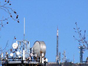 """antenne UHF e FM vari tralicci 300x225 - Telefonia, roaming. Agcom richiama TIM, Vodafone e Lycamobile a dare piena attuazione alla normativa UE """"roam like at home"""""""
