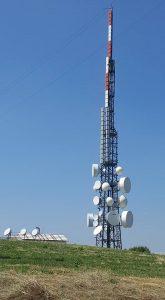 antenne traliccio pannelli UHF e FM 165x300 - Media e Tlc. Osservatorio Agcom: boom banda larga. Al 55% linee > 10 Mbit/s. Consumo internet mobile +40,8%. Tv e Radio stabili