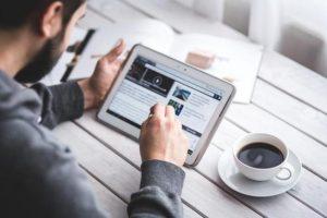 news online tablet 300x200 - Internet. I dati Audiweb di giugno 2017: 26,6 mln gli utenti che navigano da mobile. Smartphone e tablet +14,3% rispetto giugno 2016