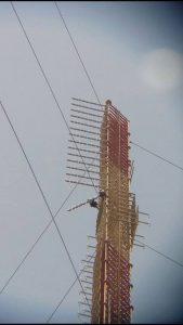 antenne logartimiche FM traliccio montaggio 2 169x300 - Radio 4.0. L'ibridizzazione di piattaforme continua: Radio 1 RAI in Radiovisione da lunedì 18/09