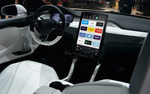 connected car dashboard 300x188 - Radio 4.0. L'ascolto medio radiofonico è di 20 minuti? E allora facciamo la radio zippata!