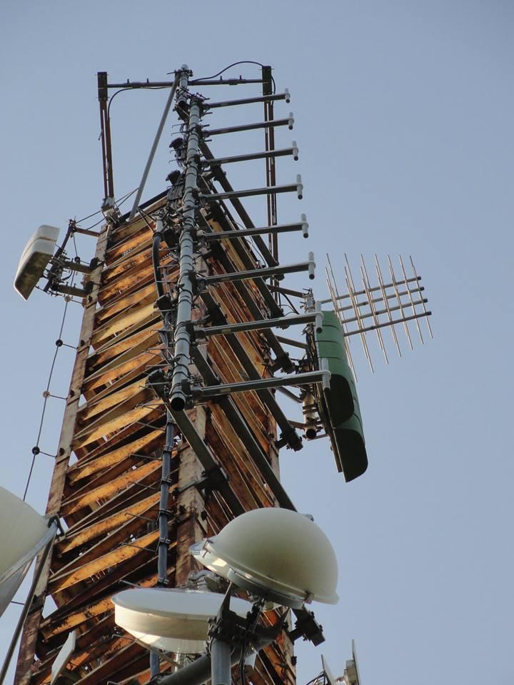 traliccio FM varie San Colombano al Lambro dettaglio dipoli UHF - Radio. Il default delle emittenti locali. Quando vince Golia, per colpa di Davide
