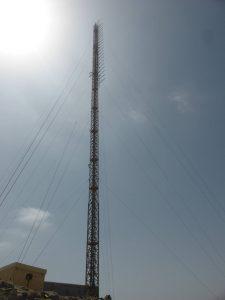 traliccio con logaritmiche FM 225x300 - Radio. Il default delle emittenti locali. Quando vince Golia, per colpa di Davide
