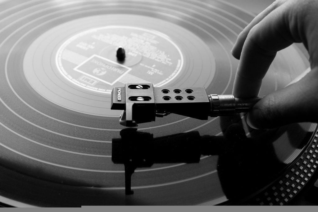 vinile disco 1024x684 - Tecnologie. Musica: toh, torna il disco. Quando il desiderio della fisicità supera le comodità virtuali