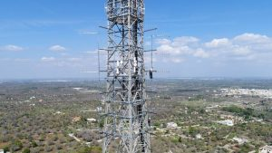 antenne traliccio Parabita Lecce 300x169 - DTT, 700 MHz. Canali tv diminuiscono con asta 5G e titoli broadcaster salgono. Eccesso capacità trasmissiva in circolazione