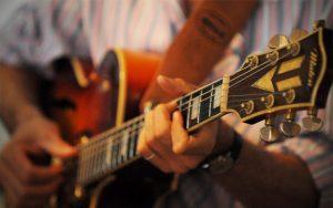 musica chitarra 300x188 - Radio. Cantanti indipendenti contro radio locali. Canzoni che nessuno ascolterà ed emittenti poco propense a rischiare