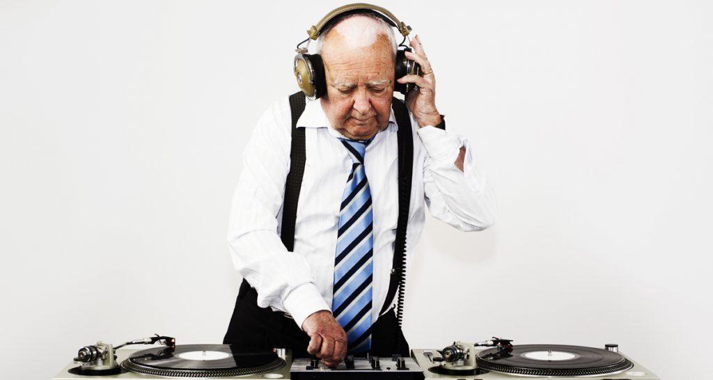 """vecchio DJ 1024x546 - Radio. Il medium perde i giovani per strada. Colpa dei vecchi editori, """"che fanno radio da 40 anni"""", sordi ai cambiamenti"""