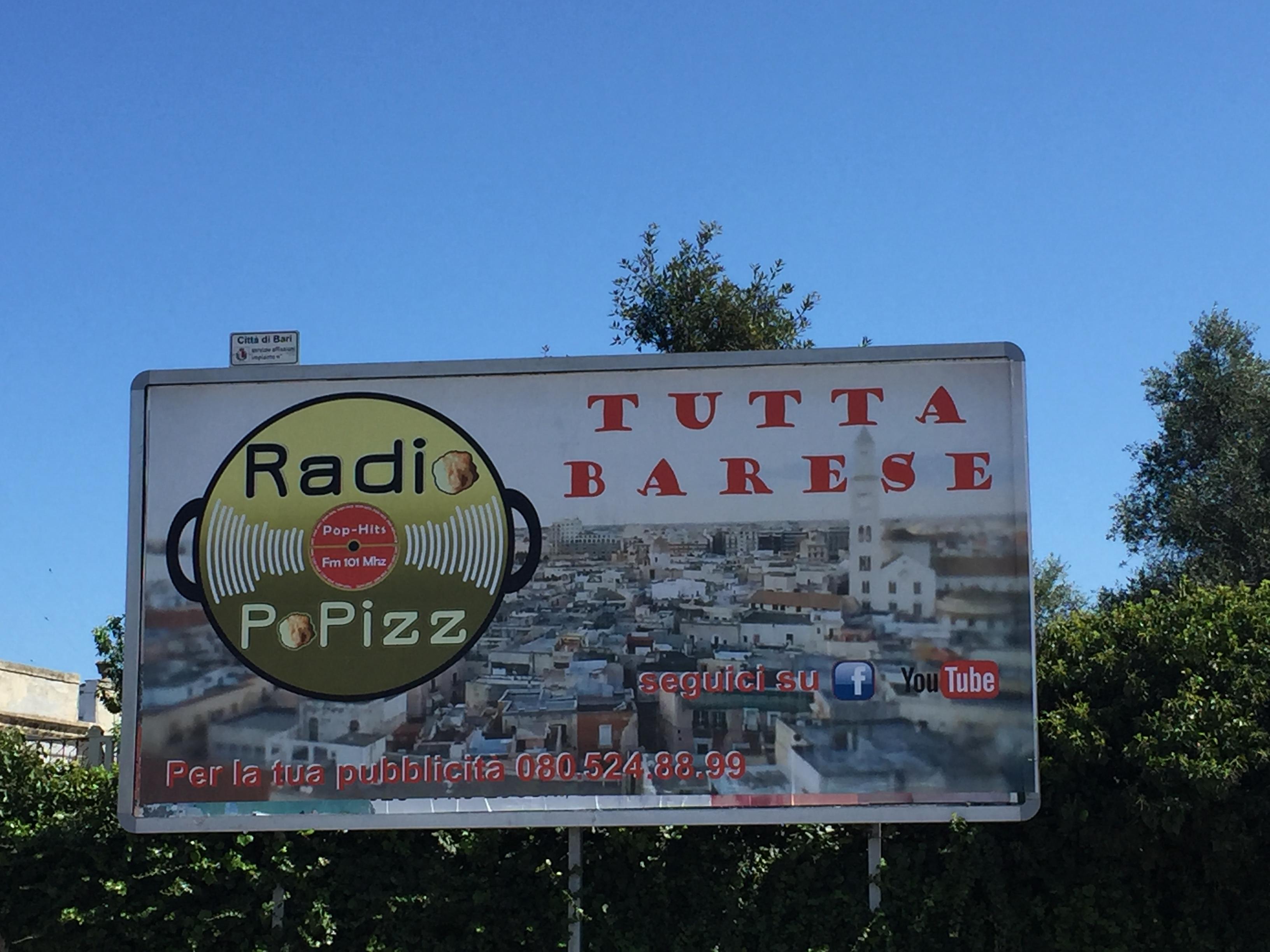 Popizz cartellone - Radio & Tv. Il caso PoPizz: da Bari in Lombardia con lo spirito degli anni '70 attraverso l'H264