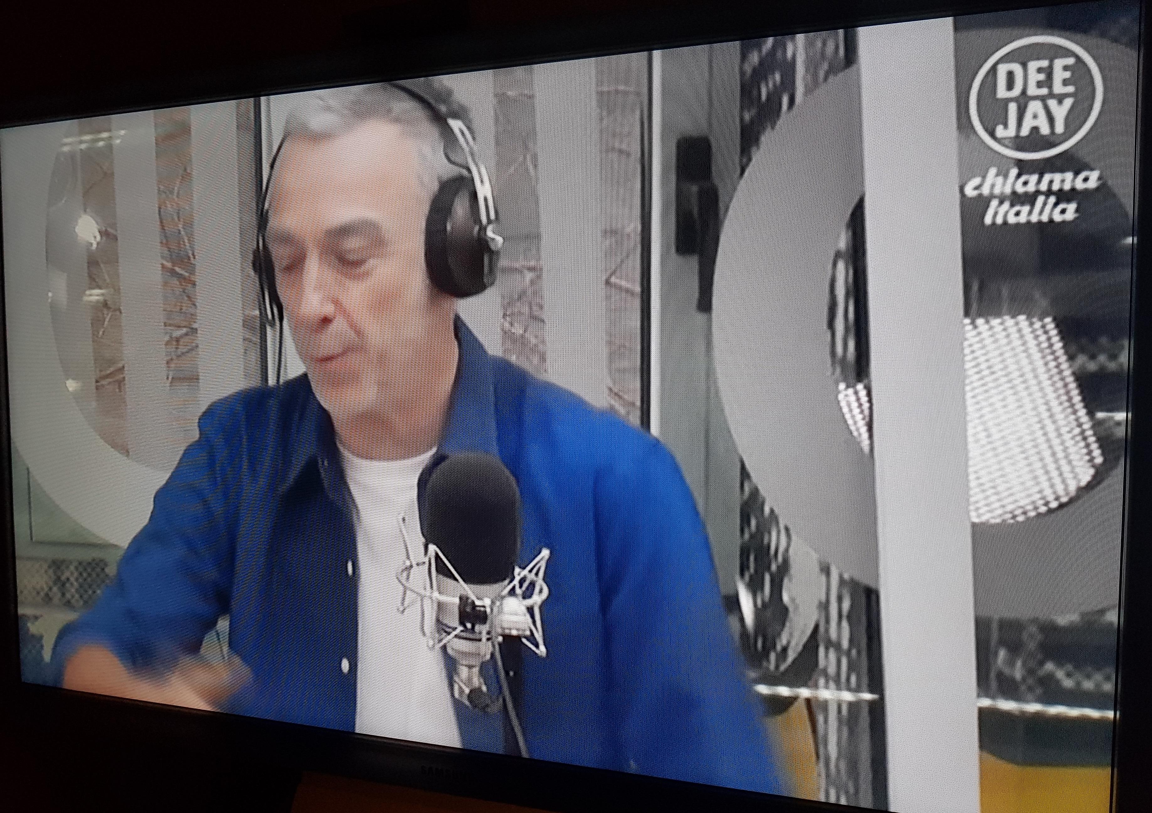 Dee Jay Tv Linus - Radio & Tv. Dee Jay Tv parte ed è subito battaglia nell'etere. Tra detrattori e sostenitori
