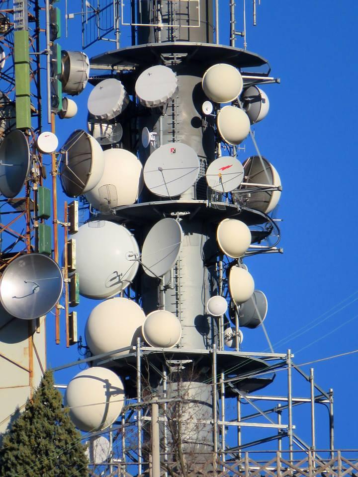 antenne varie parabole radio e tv - DTT. I retroscena della legge di bilancio: diritti d'uso condivisi e operatore unico in prospettiva di un futuro sempre meno terrestre