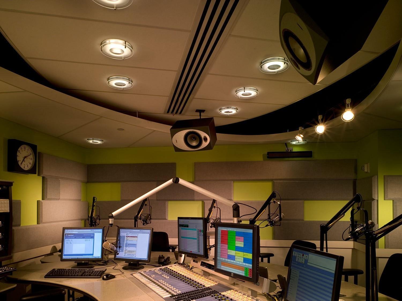 iheart radio studio - Radio, USA. Il colosso iHeart ancora alle prese con 20 miliardi di dollari di debito. Si studia transazione coi creditori ma intanto si spinge verso nuovo modello di business IP