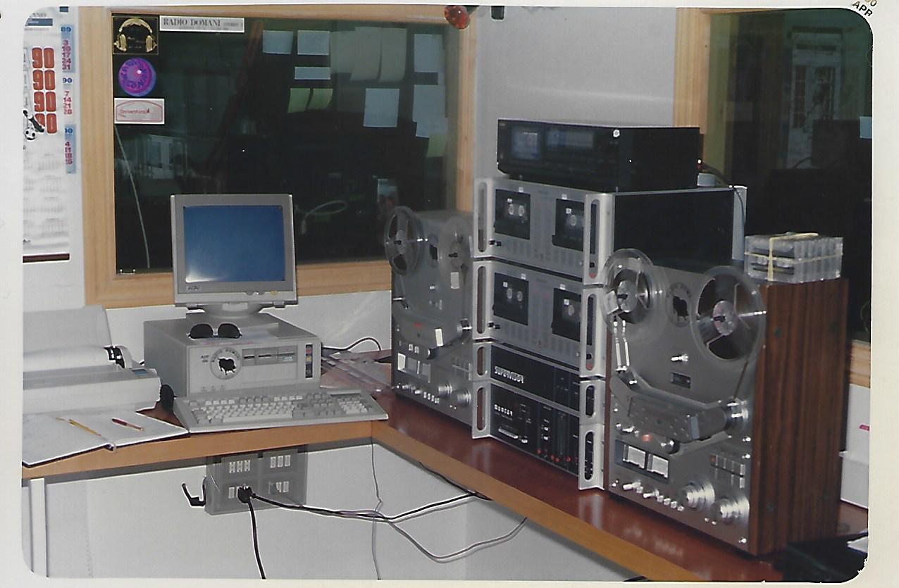 STUDIO RADIO LIBERA ANNI 80 - Radio. La moria delle emittenti religiose e la conversione delle piccole commerciali in comunitarie