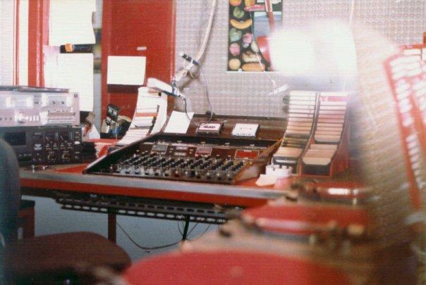 Radio Mi Amigo Wonderful Music - Storia della radiotelevisione italiana. Provincia di Milano, 1977: RCM Number One, espressione della spensieratezza in un anno complicato