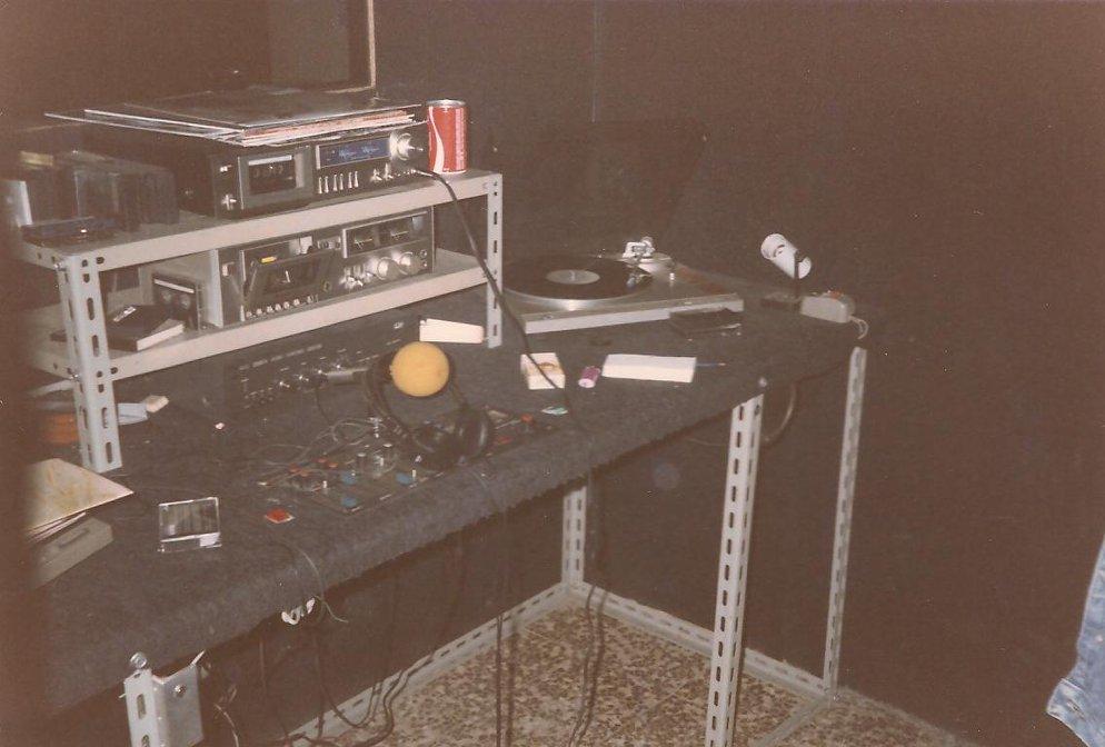 Radio Live Vercelli - Radio. Altri tempi: non è tutto oro quello che luccica. L'incubo delle piastre a cassette nell'epoca pionieristica