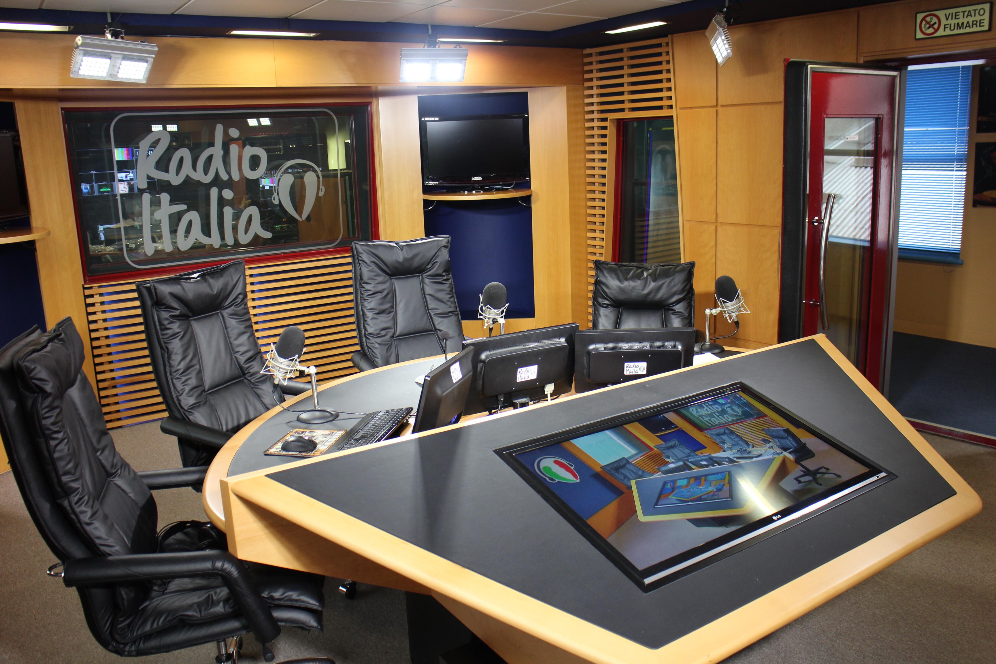 Studio diretta Radio Italia - Radio Tv 4.0. Il fenomeno visual radio impone una nuova esigenza: studi radiofonici per impiego tv perche' anche l'occhio dell'utente vuole la sua parte. Intervista a Pino Stillitano