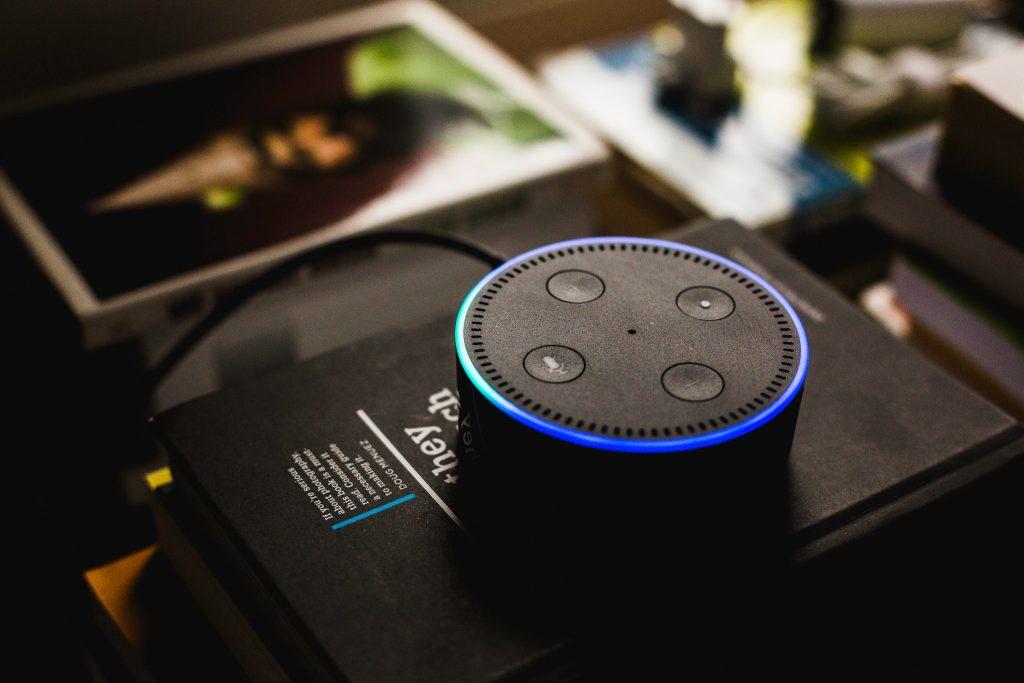 smart speaker alexa domotica - Tecnologie. Indagine Uniplaces: giovani ambiscono a domotica per non pulire la casa. In cima ai desideri anche sala musica, home theatre 3D, sport, cinema ed assistente culinario