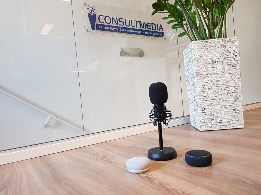 consultmedia smart speaker e microfono - Tecnologie. Smart speaker: la diffusione di Amazon Echo e Google Home imporra' il cambiamento dei titoli dei brani musicali e dei nomi di artisti e Radio? Universal Music lo suggerisce