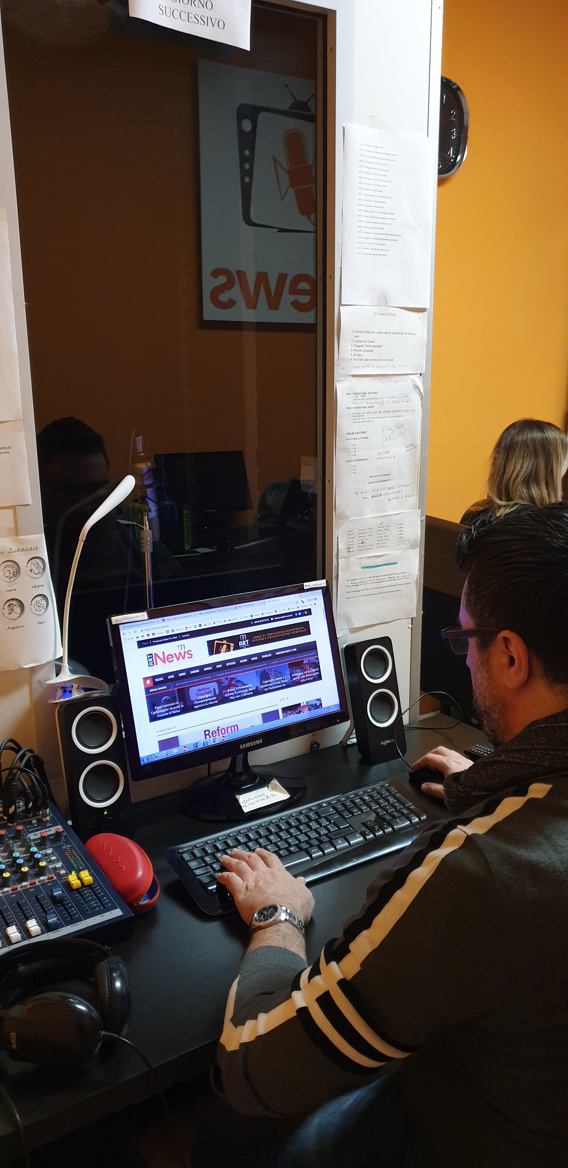 Art News 8 - Radio. Come stanno gestendo l'emergenza informativa le agenzie di informazione radio? Max Poli (ART News): intensificati aggiornamenti. Visual news allo studio