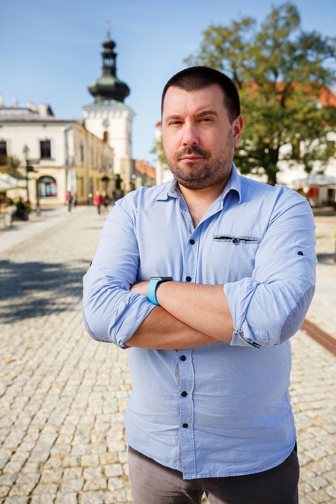 Replaio Krzysztof Śmiałowski - Radio 4.0. Replaio: l'aggregatore UE che trasforma (gratis) l'auto in una connected car. 30.000 stazioni (anche italiane) dallo smartphone al dashboard anche senza che l'app sia in funzione