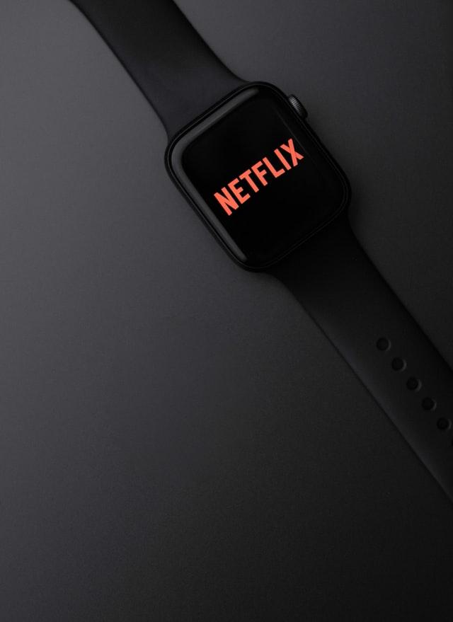 tefan iancu KlckHKRzhpY unsplash - Media. Tutti contro Netflix: TF1 annuncia l'accordo per l'acquisizione dal gruppo Bertelsmann della rete francese M6, mentre negli Usa mega fusione tra Warner Media e Discovery