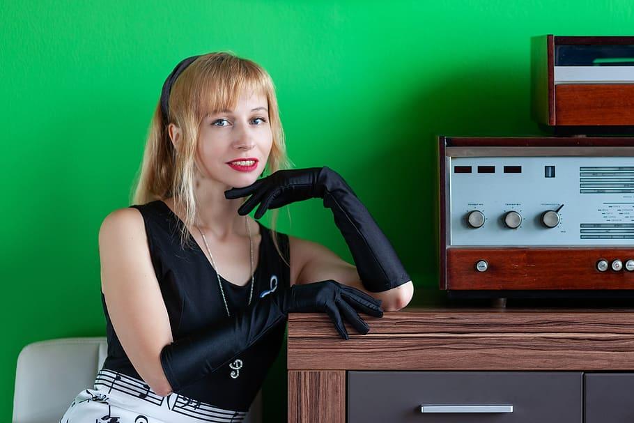 music meloman retro vintage 50s woman - Radio e TV. Infrastruttura italiana ancora inadeguata per migrazione massiccia all'IP. Ma Colao è al lavoro e occorre prepararsi. Subito