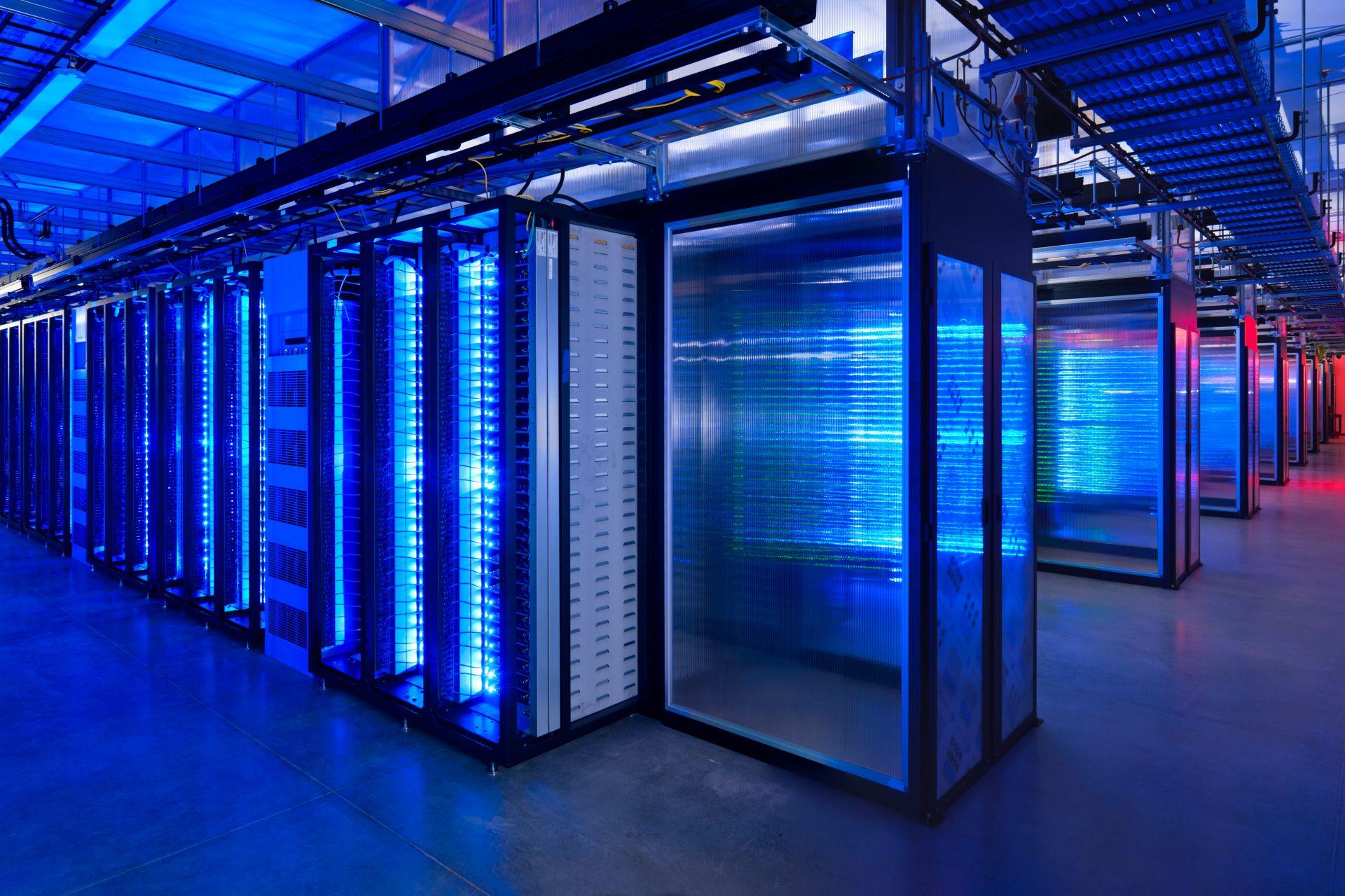 """Prineville Server room dark2 e1607617109406 - Web. Non il perfido algoritmo ma la natura umana stessa induce il news feed di Facebook a promuovere i post cosiddetti """"divisivi"""""""