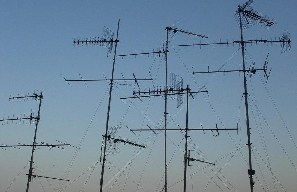 antenne tv riceventi - Tv. Tribunale di Siena: lecita rete cablata urbana per eliminare antenne riceventi da tetti. Tv locali contrarie condannate a spese per oltre 76.000 euro